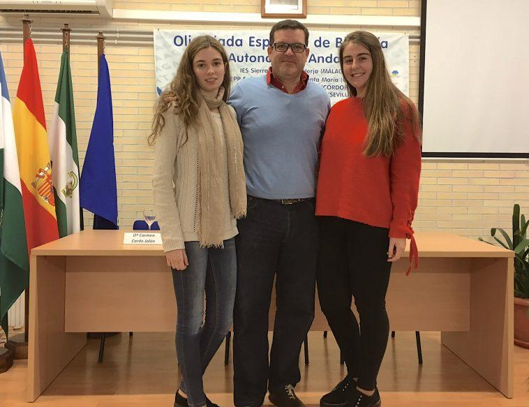 Participantes del Colegio Almedina en la olimpiada nacional. Ana y Carmen, acompañadas por don Victorio.